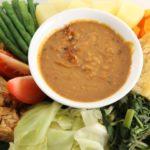 甘辛ピーナツソースの温野菜サラダ。インドネシア料理「ガドガド」